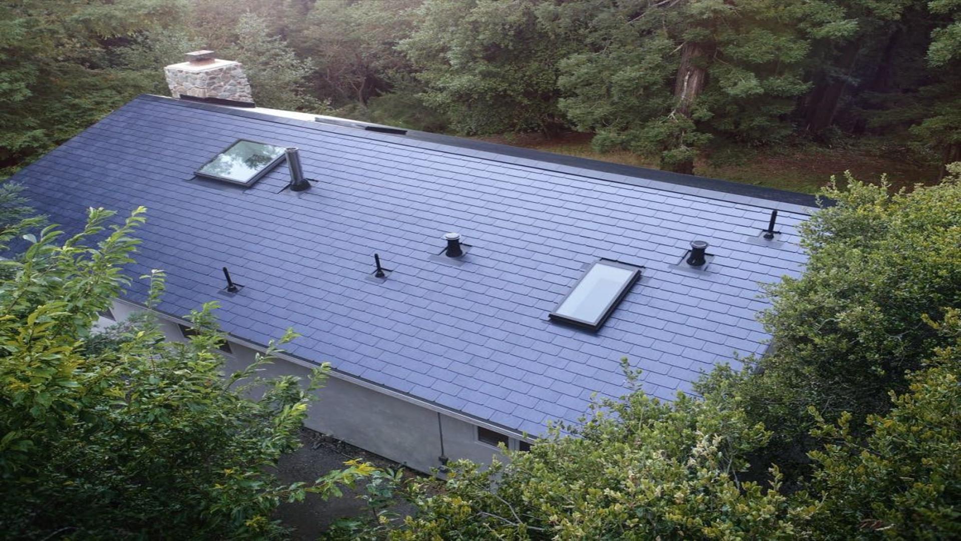 Los empleados de tesla ya tienen instalados los primeros for Tejados solares